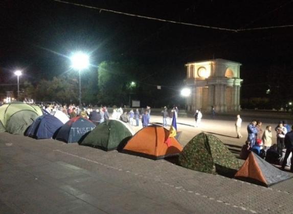 В центре Кишинева протестующие ночевали в палатках.