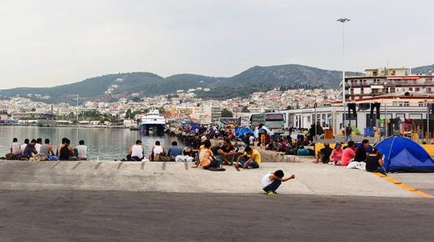 Палаточный лагерь на греческом острове забросали «коктейлями Молотова»