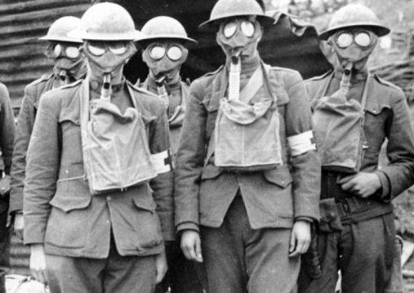 Первая мировая война. Британские солдаты в противогазах.