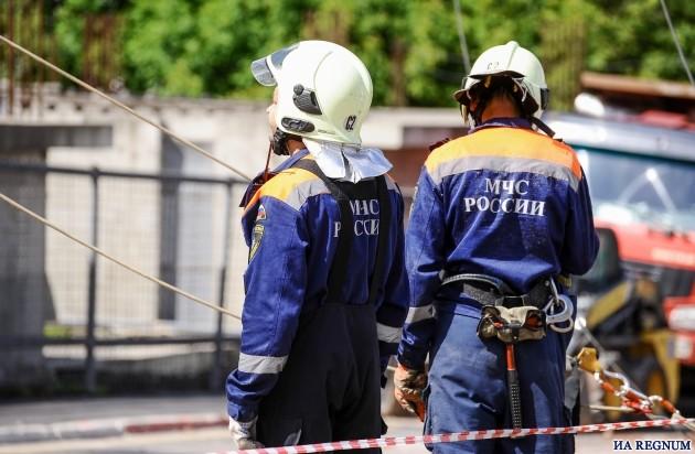 Спасатели в Артёме откачивают воду из провала, где пропал мужчина