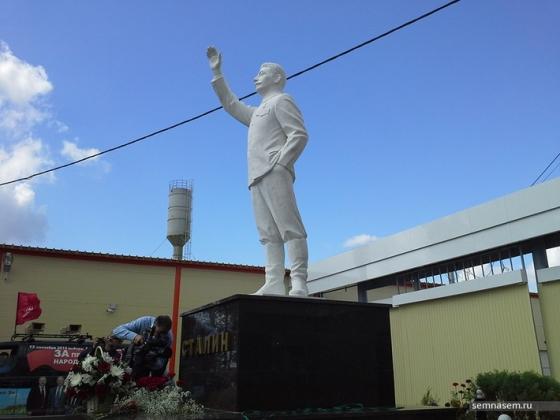 Памятник Иосифу Сталину в посёлке  Шелангер у проходной мясокомбината «Звениговский» республики Марий Эл