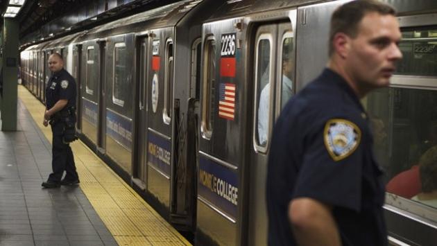 В нью-йоркском метро с рельс сошел поезд