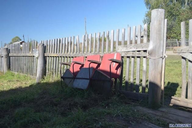 удобные кресла перед клубом в Шатоболе