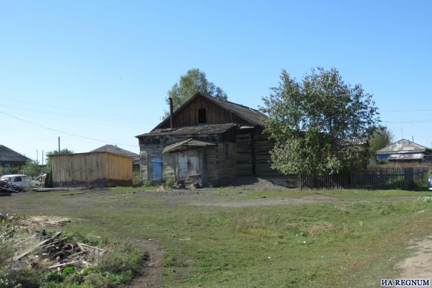 Здание клуба в Шатоболе— вид сбоку