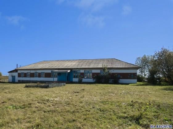 Здание закрывающейся школы в Шатоболе