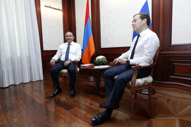 Премьер Армении Овик Абрамян с председателем правительства России Дмитрием Медведевым. © Пресс-служба правительства Армении.