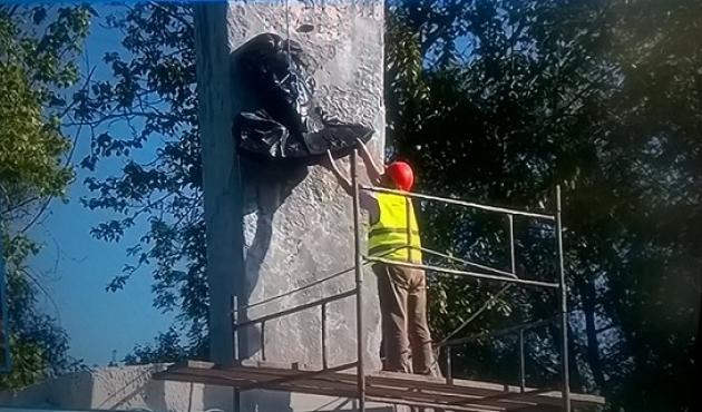 Демонтаж барельефа с памятника Черняховскому в Польше. Фото: rp.pl