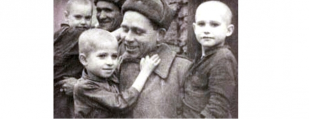 Советский солдат освобождает детей нацисткого концлагеря Саласпилс. 1944 г.