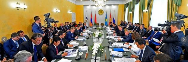 Правительство Киргизии вновь обещает сократить число чиновников