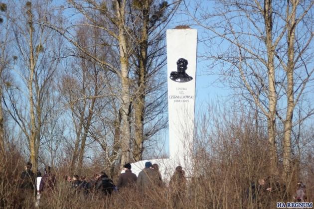 На стеле теперь нет ни барельефа Черняховского, ни его имени.