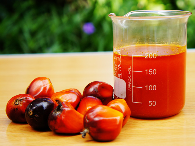 crude palm oil To produce refined oil, crude palm oil and crude palm kernel oil are processed through three refining stages, namely degumming, bleaching and deodourising.