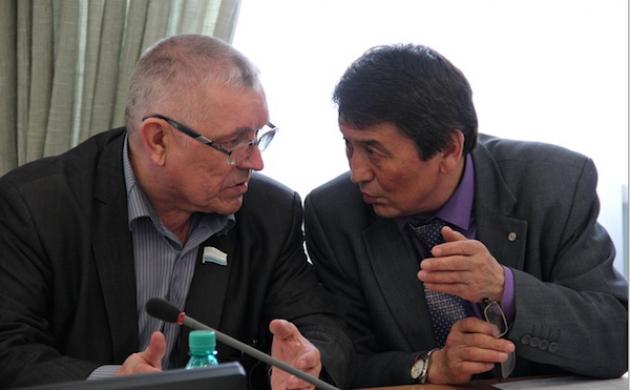 Николай Малчинов (справа) заподозрил, что в отказе рассматривать «часовой вопрос» есть политическая подоплека. Фото: elkurultay.ru