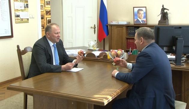 Губернатор Цуканов угостил замглавы Минсельхоза калининградскими яблоками