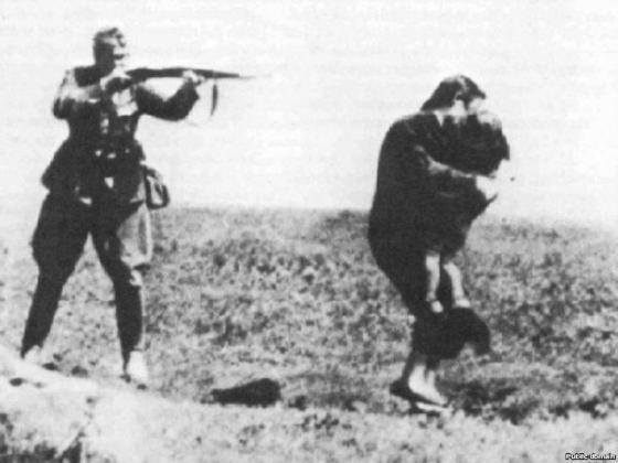 Бабий Яр. Солдат расстреливает женщину с ребёнком.