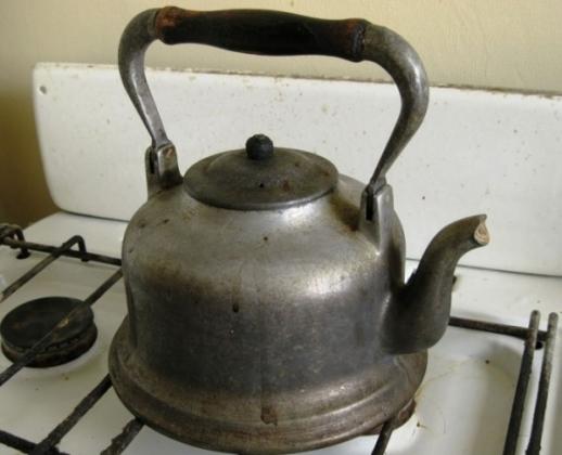 Старый чайник на относительно новой газовой плите.