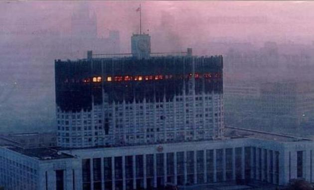 Пожар в Белом доме (здании Верховного совета РСФСР), расстрелянном из танков 4 октября 1993 года. Иллюстрация: joyreactor.cc