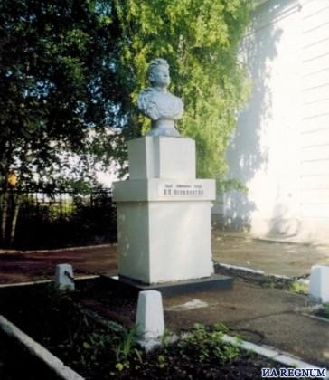 Памятник Владимиру Ферапонтову в те дни, когда в здании располагалась школа
