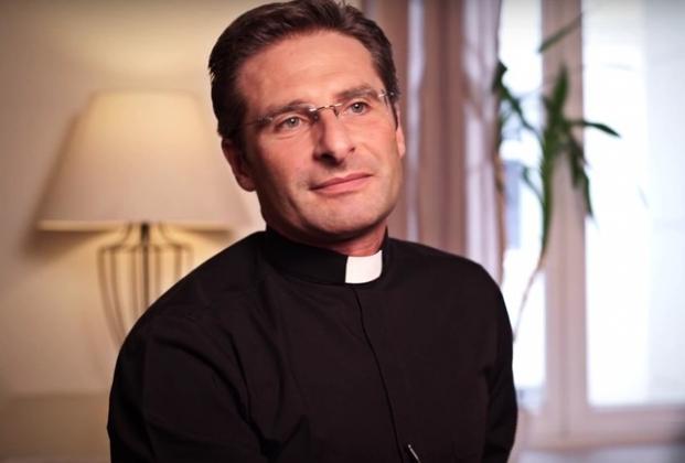 Из Ватикана уволили священника-гея