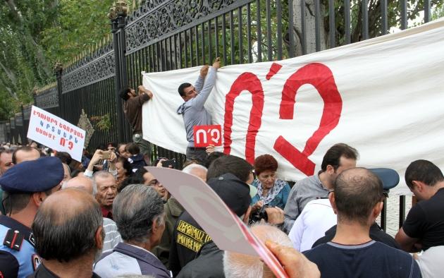 Парламент Армении одобрил проект конституции, 17 человек в полиции— фото