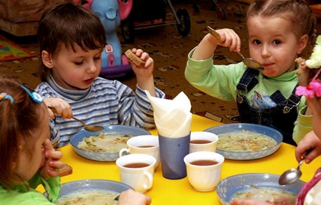 Дети едят суп.