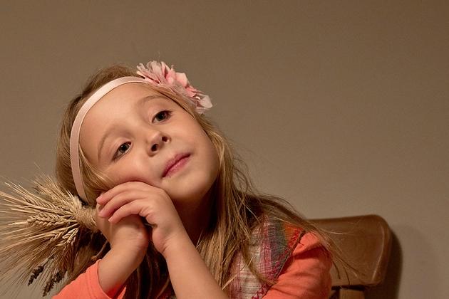 Девочка мечтает.