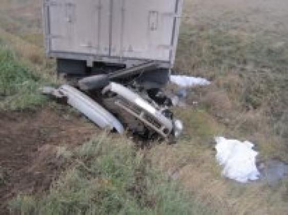 В Оренбуржье грузовик переехал легковой автомобиль, в котором находилось 6 человек.
