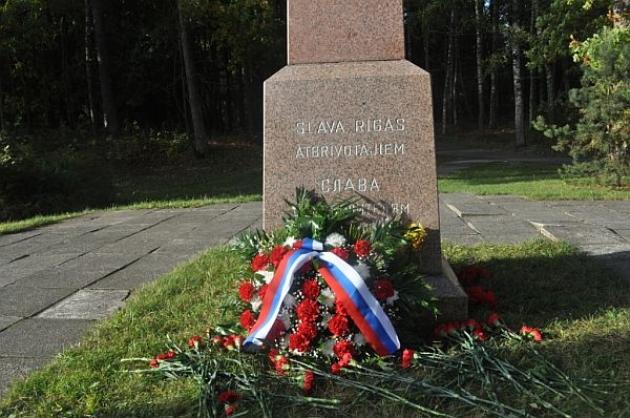 Сотрудники Посольства России в Латвии также возложили венки и цветы у памятного камня советским воинамна Киж-озере.