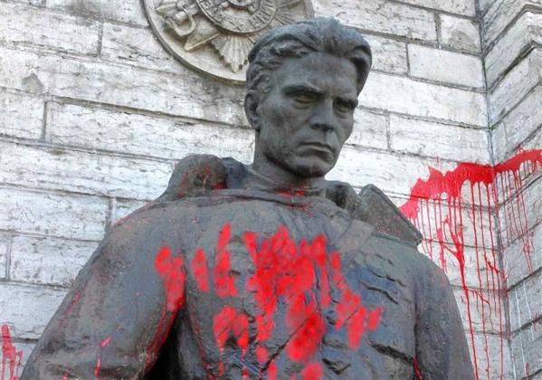 Памятник воину Красной Армии (Бронзовый солдат), осквернённый эстонскими неонацистами. Таллин