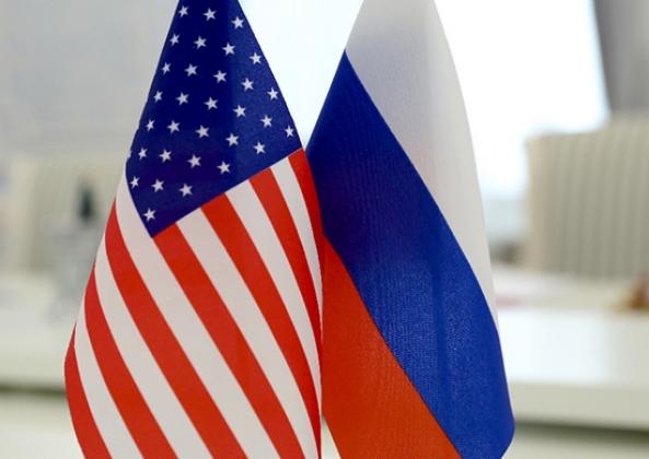 Флаги Российской Федерации и США.