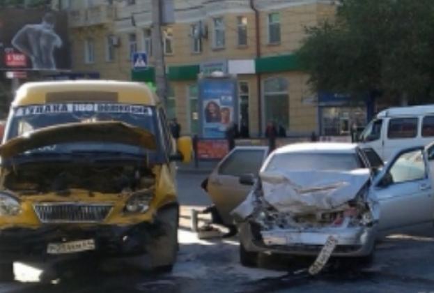 Нелегальная маршрутка попала в аварию в Волгограде фото: 34.mvd.ru