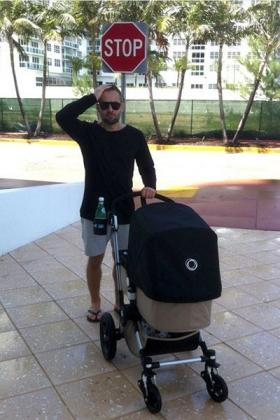 Дмитрий Шепелев с ребенком.