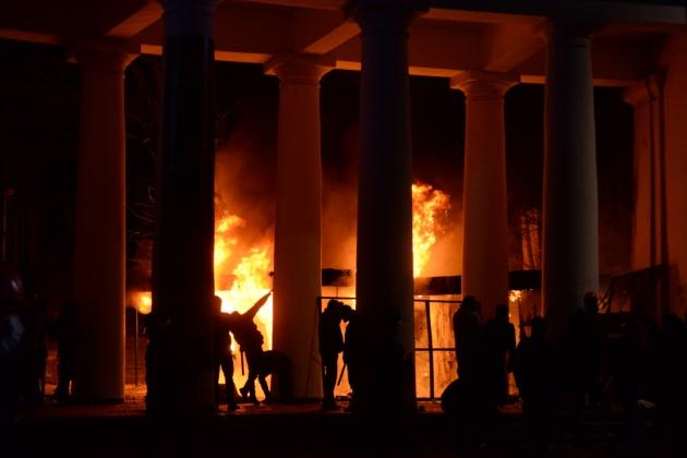 Огонь у входа в Мариинский парк.