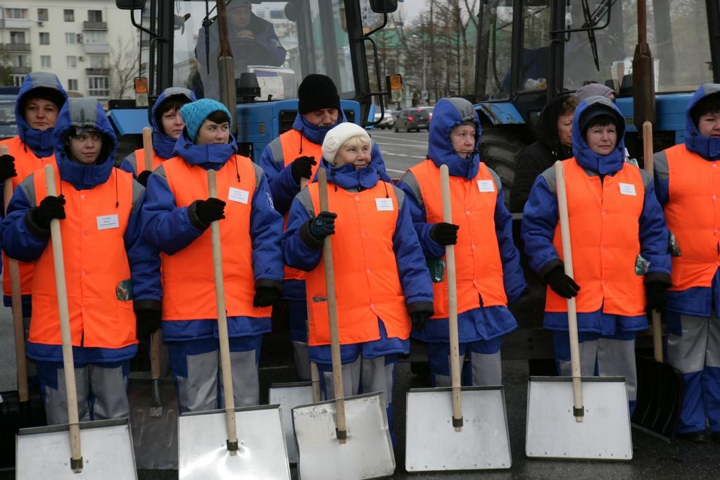 Петербург направил на борьбу со льдом более тысячи дворников