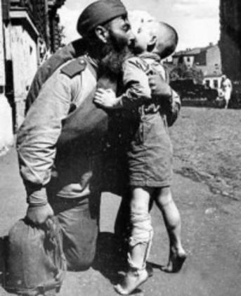 Солдат Красной Армии вернулся с войны. 1945