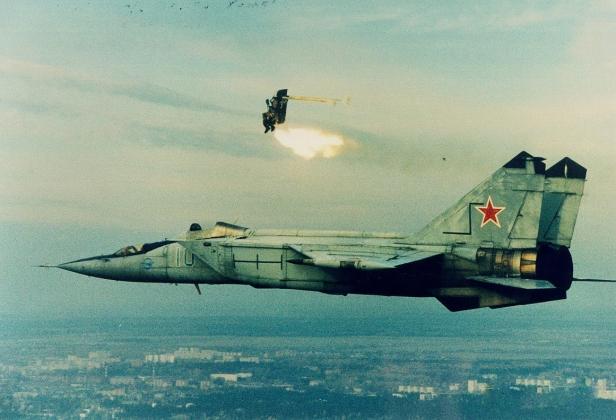 В сети появилось видео, на котором боевики стреляют в пилотов Су-24