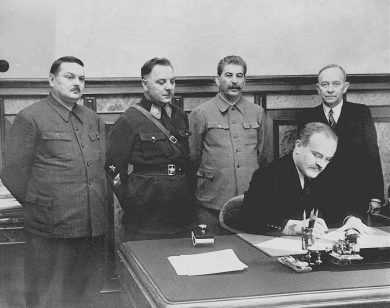 2 декабря 1939 года. Вячеслав Молотов подписывает договор о взаимопомощи и дружбе с правительством Куусинена