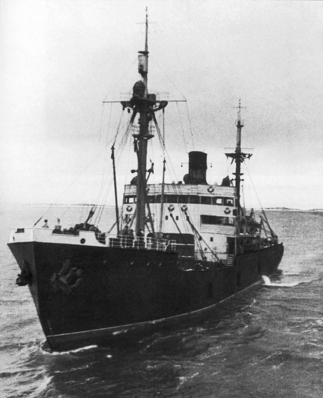 Ледокольный пароход «Дежнев» во время переброски войск их Архангельска в Кандалакшу. 1940