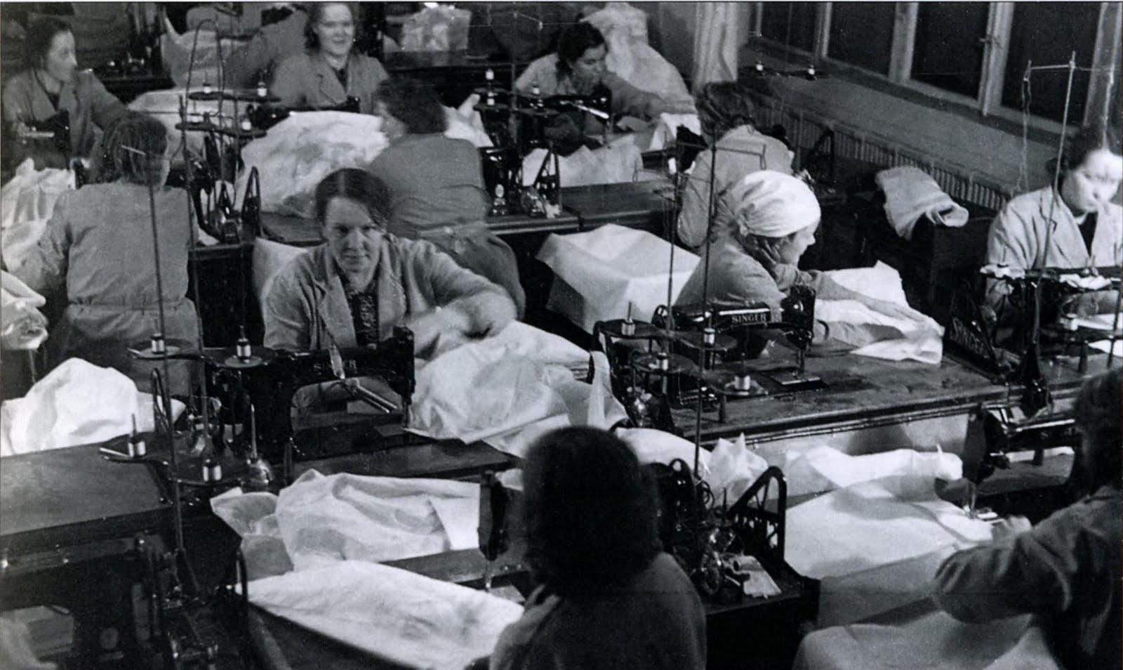 Финские женщины на фабрике шьют зимние маскировочные халаты. 1940