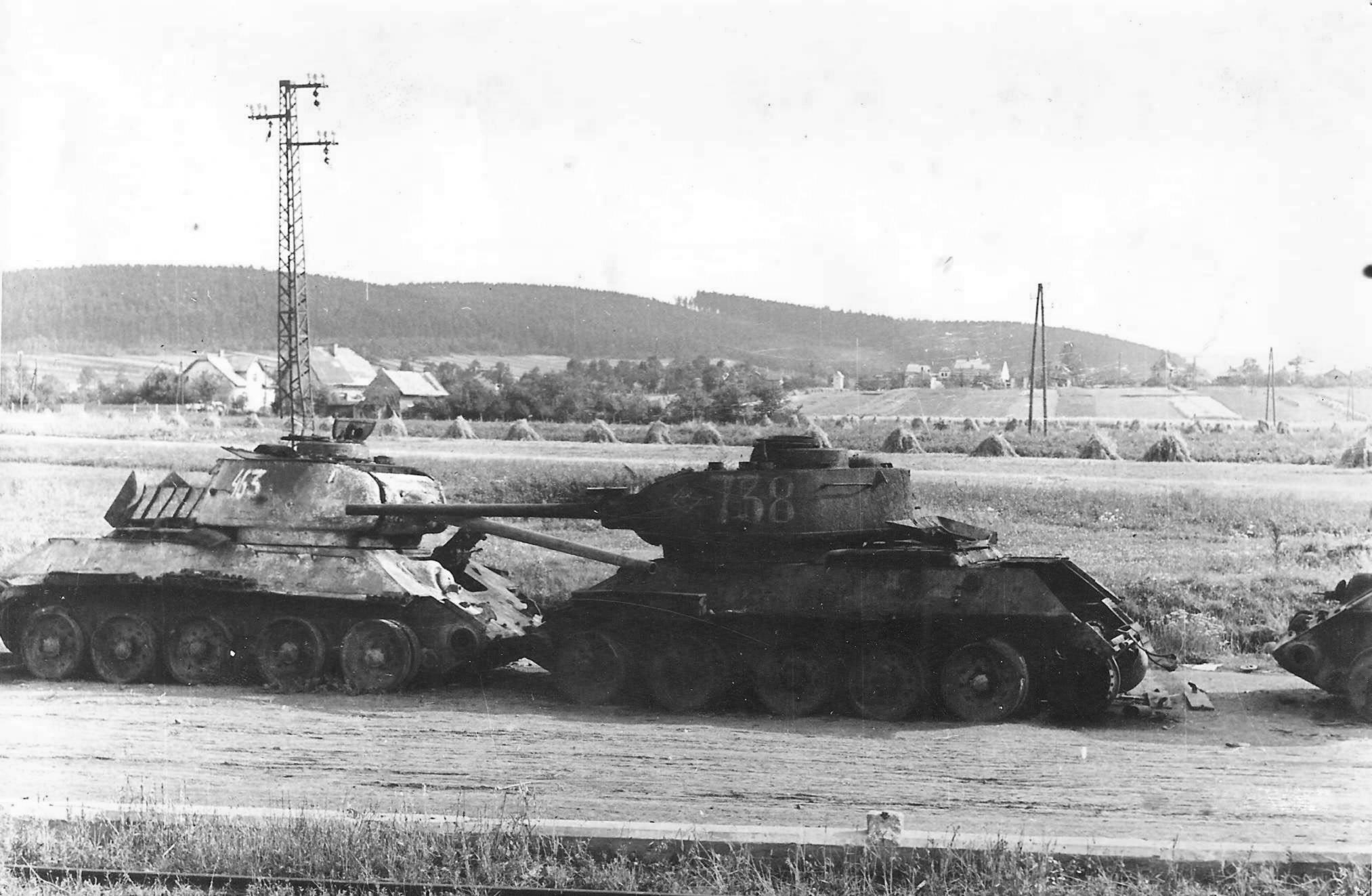 Два подбитых танка Т-34-85 на сборном пункте аварийной техники под Остравой. 1945