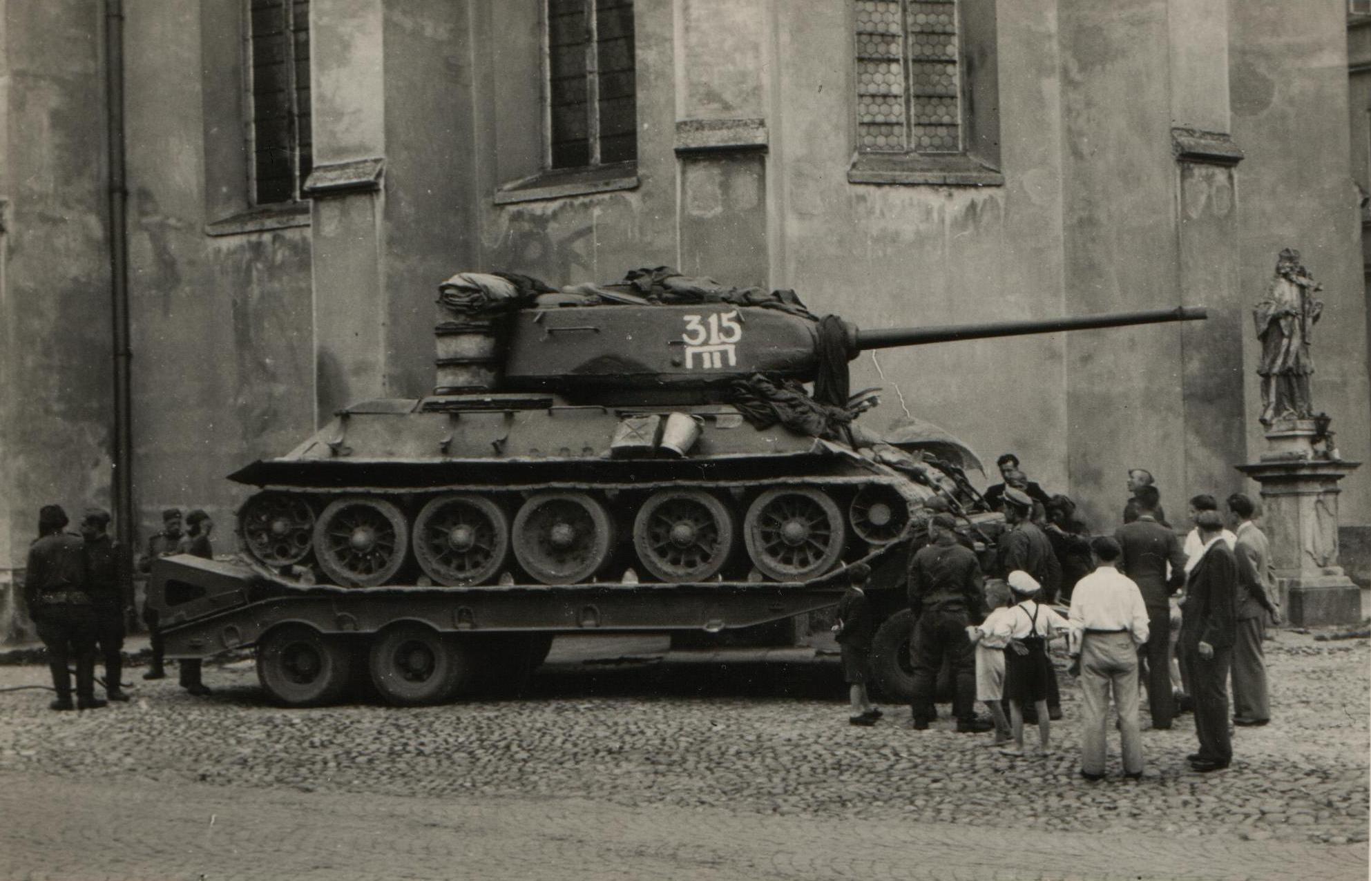 Т-34-85, погруженный на тягач. 1945