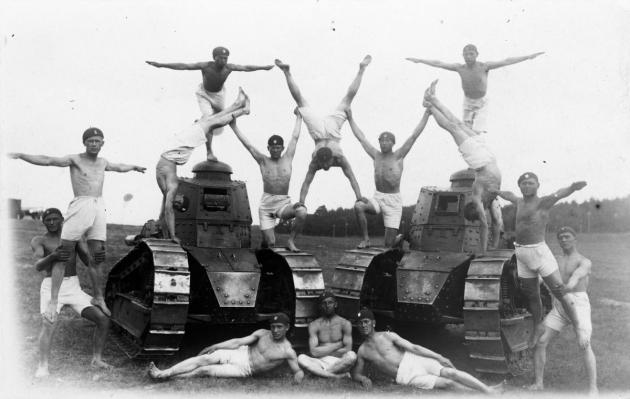 Гимнастические упражнения на танках Renault FT–17 участников полевых учений – курсантов унтер–офицерской школы при 1–м бронетанковом батальоне (Познань). Сентябрь 1931