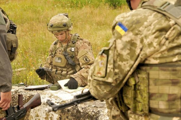Американские и украинские военные в ходе совместных учений на Яворинском военном полигоне. Львовская область, Украина. Июль 2015 года