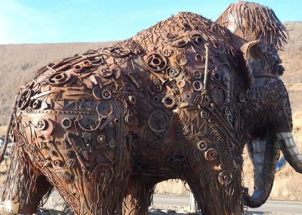 Памятник электронному мамонту в Магадане