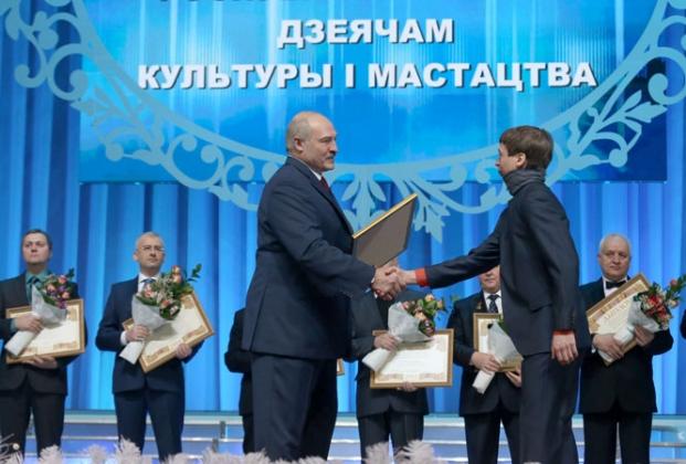 Александр Лукашенко вручает премию преподавателю кафедры монументально-декоративного искусства Белорусской государственной академии искусств Антону Бельскому