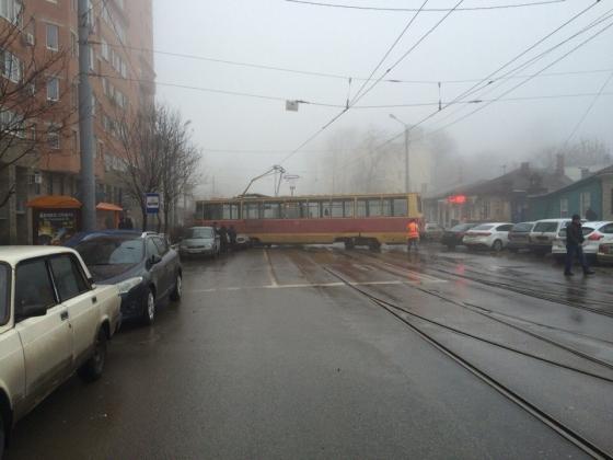 В Ростове-на-Дону в результате гололеда трамвай перекрыл улицу