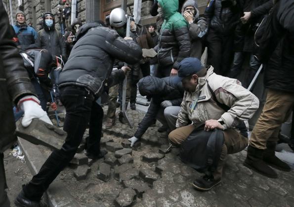 Участники киевского майдана разбирают брусчатку