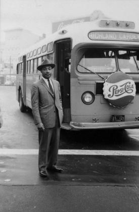 Мартин Лютер Кинг стоит перед автобусом, после окончания бойкота автобусной линии в Монтгомери. 26 декабря 1956