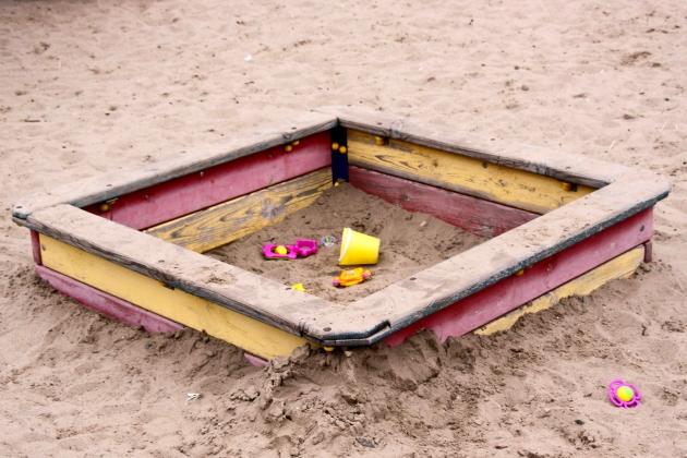 Песочница на детской площадке