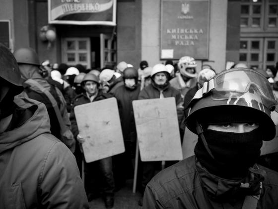Радикалы киевского майдана у входа в городскую Раду