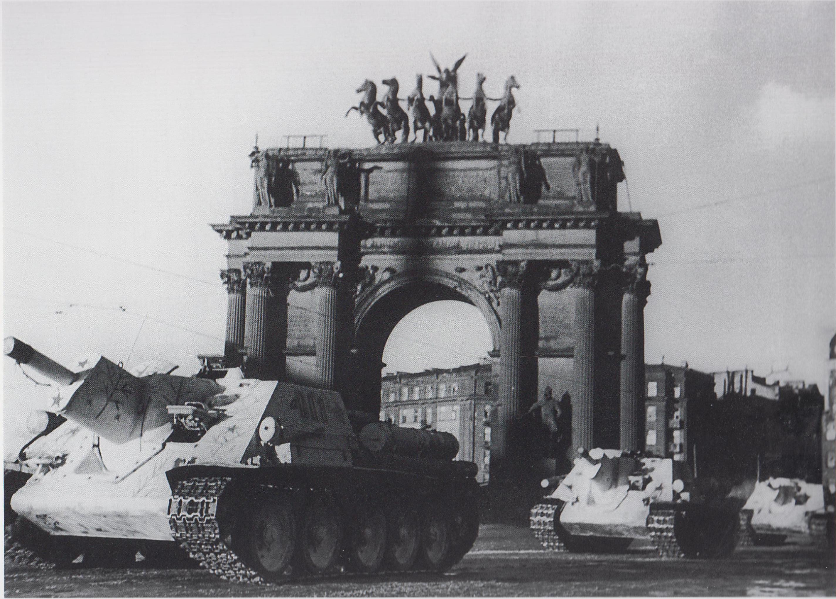 САУ СУ-122 направляются на передовую у Нарвских ворот в Ленинграде. Март-апрель 1943